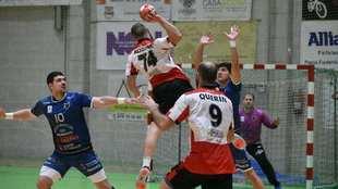 El jugador del Puerto Sagunto Kozina lanza ante el Cangas /