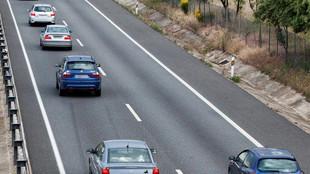 Varios turismos circulan por el carril izquierdo de una autovía...