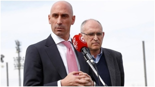 El presidente de la RFEF, Luis Rubiales, y su secretario general,...