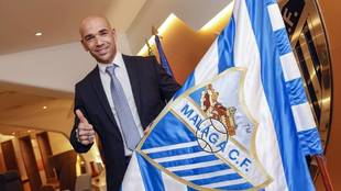Manolo Gaspar posa con la bandera del club