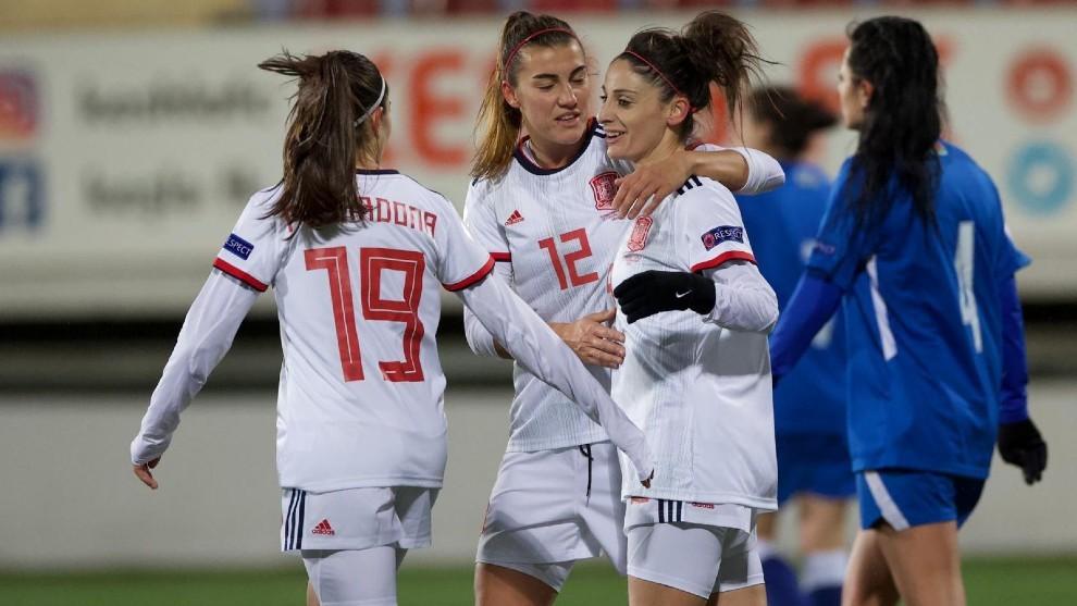 Esther González es felicitada por sus compañeras tras marcar un gol...