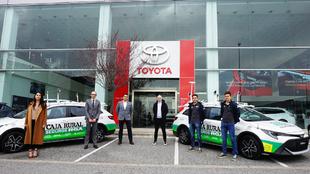 Los responsables del Caja Rural-RGA con sus nuevos coches en Tauro...