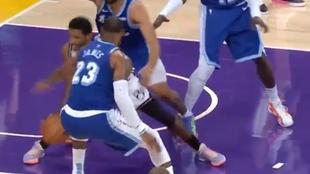 Kyrie Irving esconde la pelota ante los ojos de LeBron James en el...