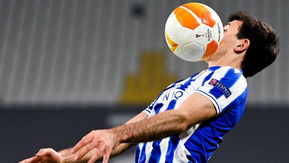 Mikel Oyarzabal intenta controlar un balón, en el partido contra el...