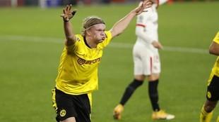 Erling Haaland celebra el primero de los goles que marcó el...