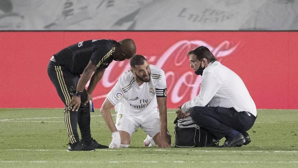 Benzema es atendido por los médicos en el partido ante el Alavés.
