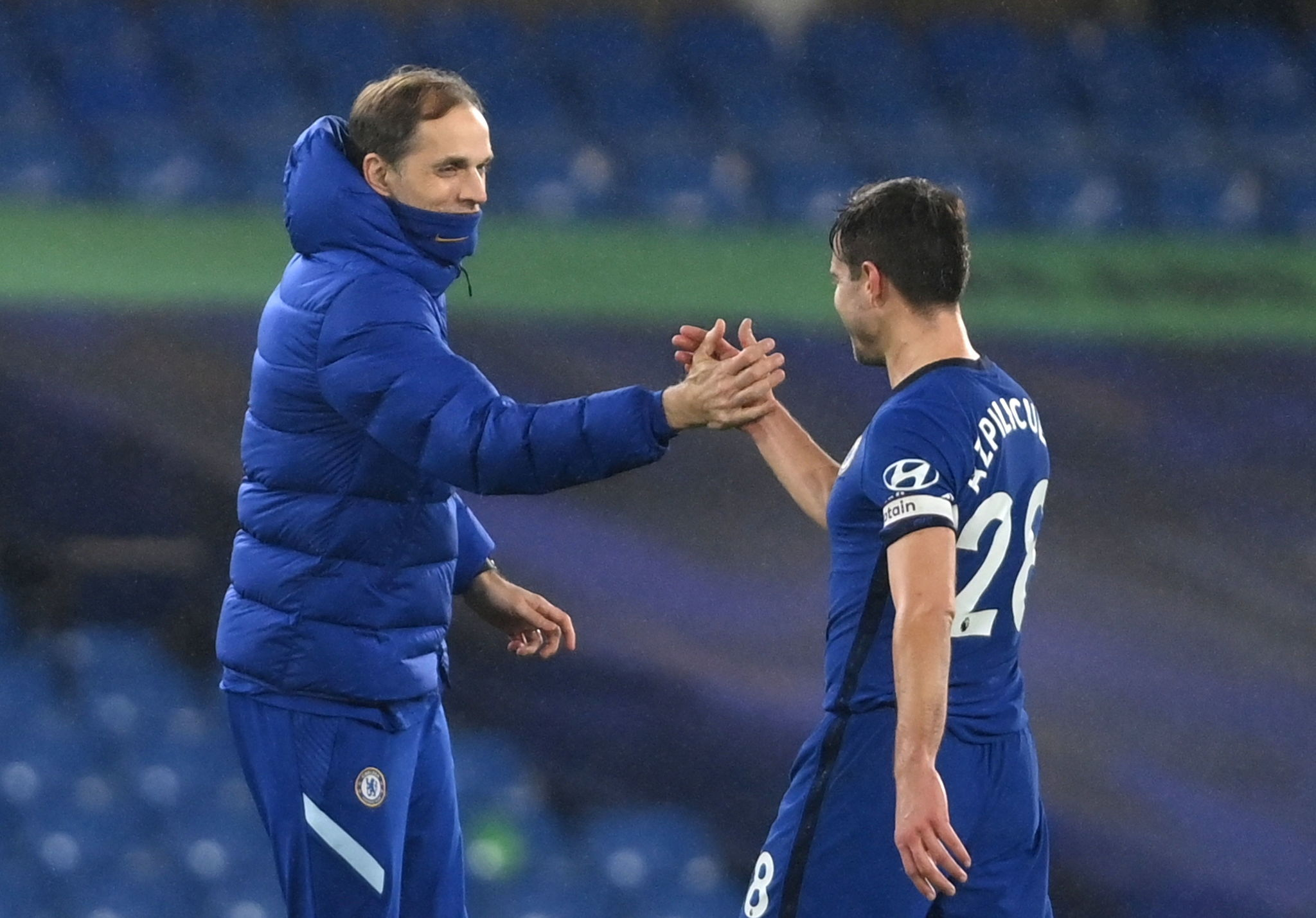 London (United Kingdom), 15/02/2021.- Chelsea's Cesar lt;HIT gt;Azpilicueta lt;/HIT gt; (R) shakes hands with manager Thomas Tuchel (L) after the the English Premier League soccer match between Chelsea FC and Newcastle United in London, Britain, 15 February 2021. (Reino Unido, Londres) EFE/EPA/Mike Hewitt / POOL EDITORIAL USE ONLY. No use with unauthorized audio, video, data, fixture lists, club/league logos or 'live' services. Online in-match use limited to 120 images, no video emulation. No use in betting, games or single club/league/player publications