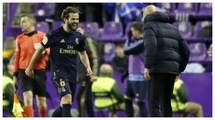 Nacho corre a abrazarse con Zidane tras marcar la pasada temporada en...