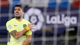 Suárez lamenta una ocasión fallada ante el Levante.