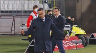 Luis García observa a José Gomes durante el duelo de la primera...