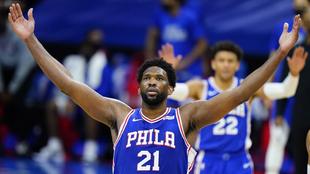 Joel Embiid, de los Philadelphi 76ers, celebra una canasta ante los...