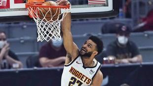 Jamal Murray machaca el aro de los Cleveland Cavaliers