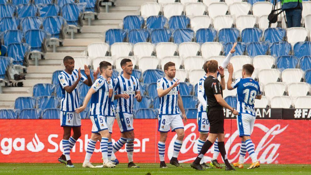 Los jugadores de la Real celebran un gol al Cádiz, en su anterior...