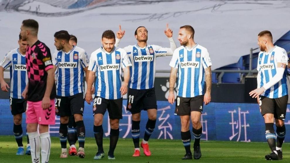 Raúl de Tomás celebra el gol que marcó al Sabadell