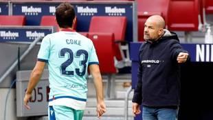 Paco López da instrucciones a Coke durante el partido en el Wanda...