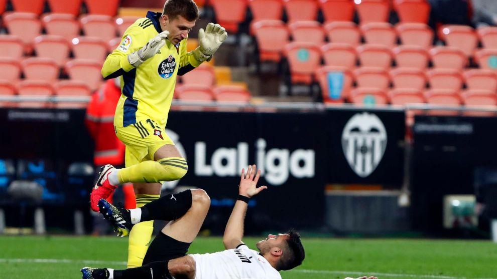 Rubén Blanco y Maxi Gómez tras la polémica jugada que provocó la...