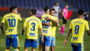 Los jugadores de Las Palmas abrazan a Pejiño tras marcar el 2-0