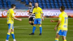 Jesé habla con sus compañeros durante un lance del partido ante el...