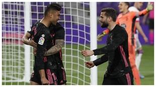 Casemiro celebra con Nacho y con Mariano el gol con el que adelantaba...