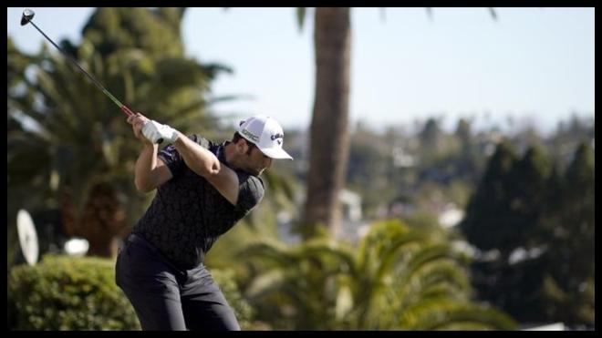 Jon Rahm juega el driver en el hoyo 1 de Riviera el sábado