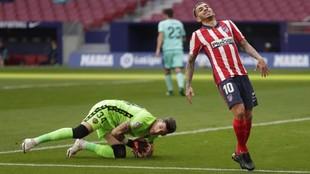 Cárdenas atrapa el balón ante Correa.