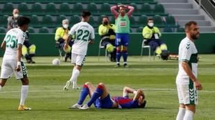 Los jugadores del Eibar se lamentan en el partido ante el Elche.