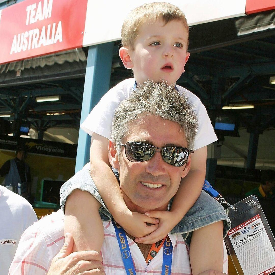 Mick Doohan carga con su hijo Jack.
