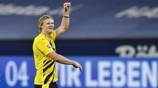 Haaland celebra uno de los goles que marcó ante el Schalke 04.
