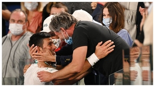 Djokovic se abraza a Ivanisevic