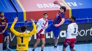 El pivote portugués del Barça Frade lanza ante el Logroño /