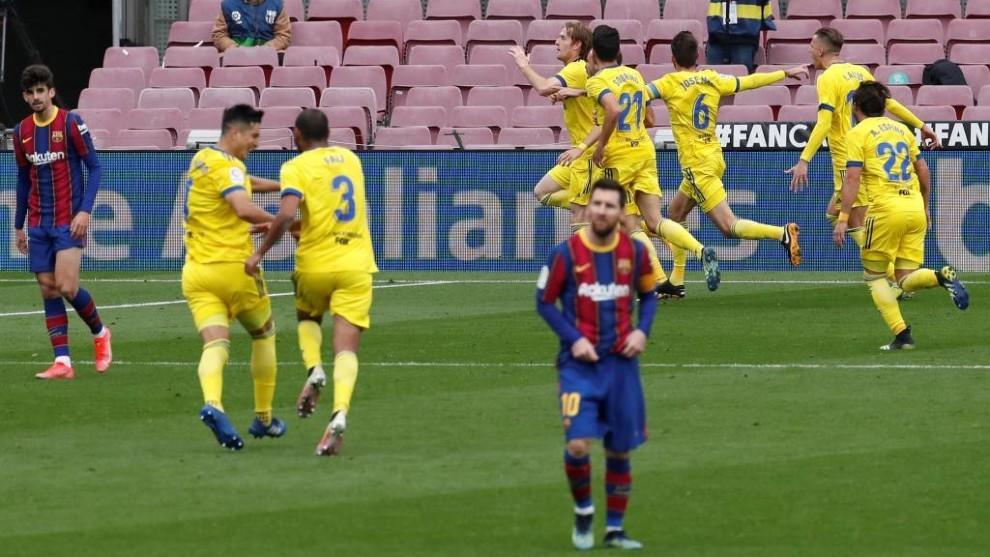 Los jugadores del Cádiz celebran el tanto del empate de Álex...