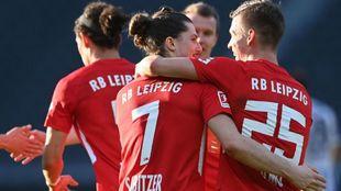 Los jugadores del Leipzig, con el español Dani Olmo a la derecha,...