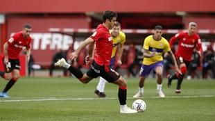 Abdón Prats, en el momento de lanzar el penalti que supuso el 1-0