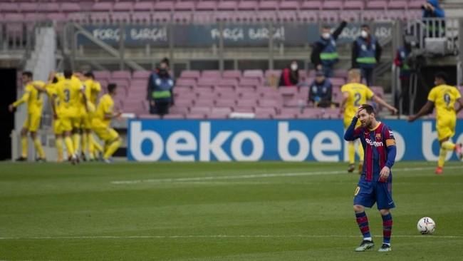 Los jugadores del Barcelona se lamentan tras el tanto del Cádiz.