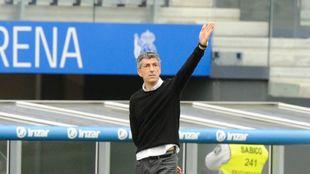 Imanol da una indicación durante el partido contra el Deportivo...