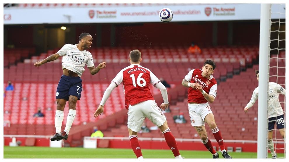 Raheem Sterling marca, de cabeza, contra el Arsenal.