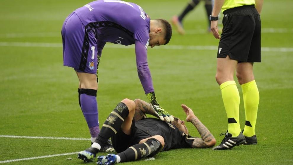 Joselu, tendido en el suelo siendo atendido por Remiro.