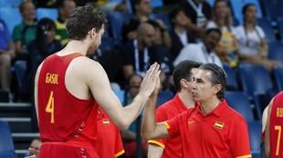 Scariolo y Pau Gasol se saludan en 2016 antes de los Juegos Olímpicos...