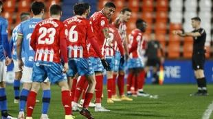 Los jugadores del Lugo y del Logroñés se sitúan antes del...