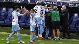 Los jugadores del Málaga celebran su segundo gol con Sergio Pellicer...