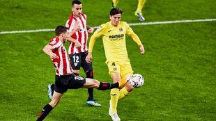 De Marcos trata de llegar a un balón en el área del Villarreal.
