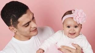 Raúl Jiménez junto a su hija Arya