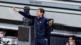 Marcelino corrige a sus jugadores desde el banquillo.