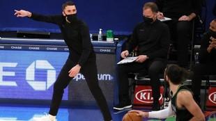 Ryan Saunders da instgrucciones durante su último partido con los...