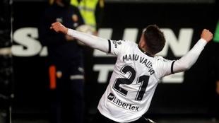 Manu Vallejo. delantero del Valencia, traa marcar al Celta en el...