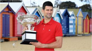 Novak Djokovic, con el trofeo en Brighton Beach.