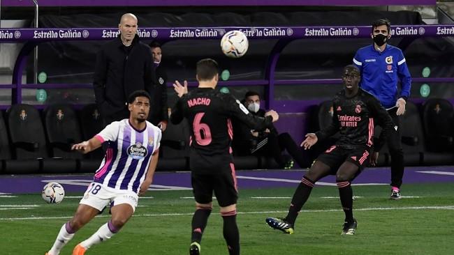 Zidane observa un lance del Valladolid-Madrid del pasado sábado en...
