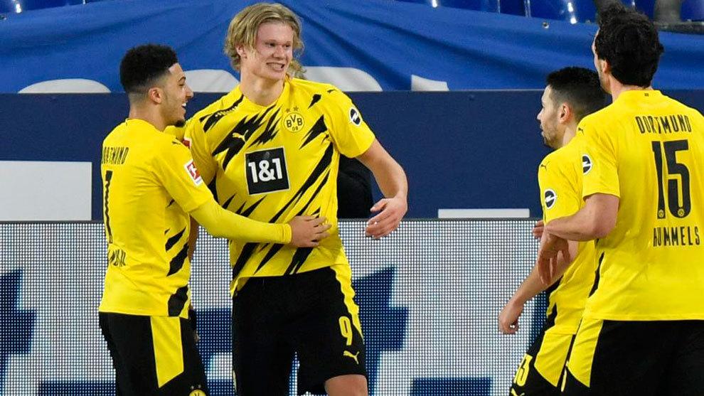 Erling Haaland celebra con sus compañeros un gol al Schalke.