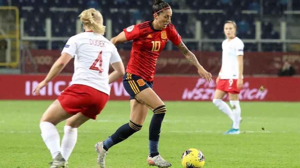 Jenni Hermoso controla el balón ante la oposición de la defensa...