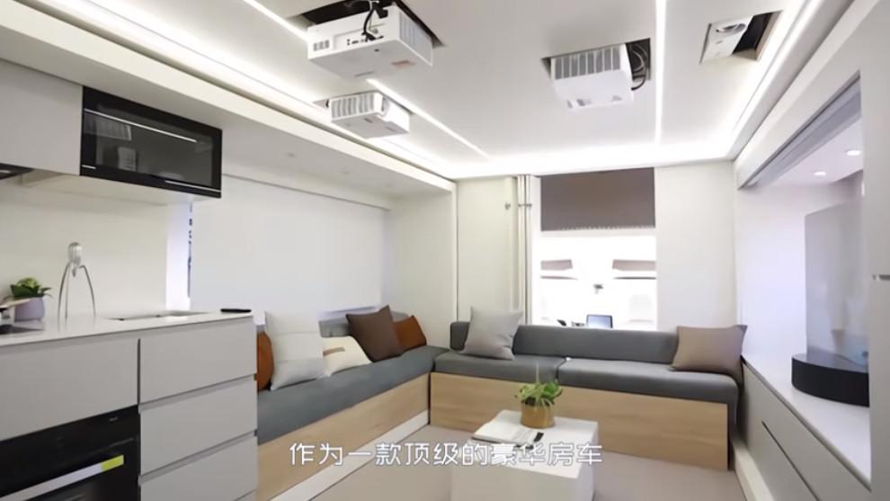 En la parte trasera hay espacio para una sala de estar, cocina y baño con ducha.